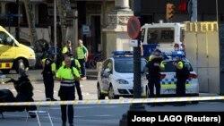 Мэдыцынскія супрацоўнікі і паліцыянты на месцы здарэньня на цэнтральным бульвары Барсэлёны Ла Рамбла, 17 жніўня 2017 году