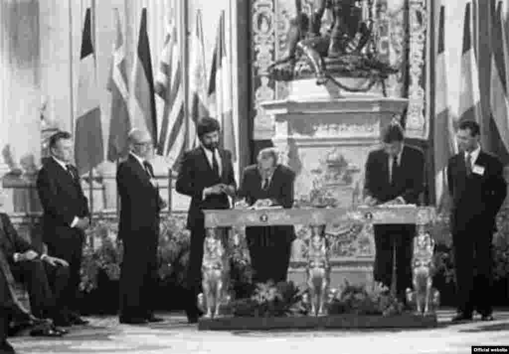 EU - Signature of the Acts of accession of Spain and Portugal, 12Jun1986 - EU50 Signature of the Acts of accession of Spain and Portugal in the EC Signature of the Act of accession of Spain to the European Community by Felipe González (on the right), and Fernando Morán López (on the left)
