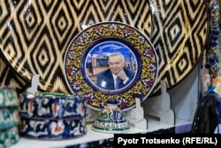 A plate with an image of Islam Karimov at a Samarkand gift shop