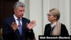 Юрій Бойко (ліворуч) та Юлія Тимошенко (праворуч) спілкуються у Верховній Раді України, листопад 2018 року