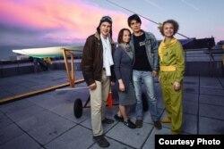 Андрэй і Надзея Кім з лётчыкам і Маленькім прынцам