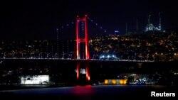 Мост через пролив Босфор, связывающий европейскую и азиатскую части Стамбула, Турция, 15 июля 2016 года.