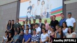 Америкалы студентлар университет каршында истәлеккә фотога төште