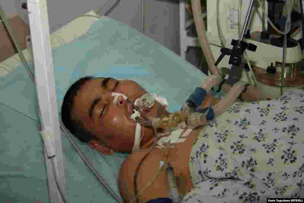 Раненный участник беспорядков 16 декабря. Реанимационное отделение больницы Жанаозена.