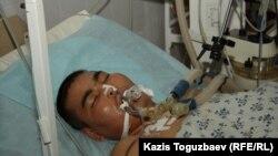 Раненый участник Жанаозенских событий в реанимационном отделении больницы. Жанаозен, 18 декабря 2011 года.