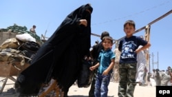 Displaced Iraqis who were forced to flee their hometowns ahead of gains made by Islamic State (IS) militants in Ramadi on May 16