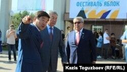 Аким города Алматы Бауыржан Байбек (крайний слева) и бывший председатель КНБ Нуртай Абыкаев (посередине) на торжественном мероприятии, приуроченном ко Дню города. Алматы, 17 сентября 2017 года.