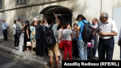 У здания суда в ходе процесса над Хадиджой Исмаиловой. Баку, 26 августа 2015 года.