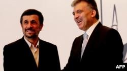 محمود احمدینژاد (چپ) در کنار همتای ترک خود، عبدالله گل