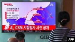 مردم سئول در حال تماشای گرافیک آزمایش موشکی رو سهشنبه کره شمالی.