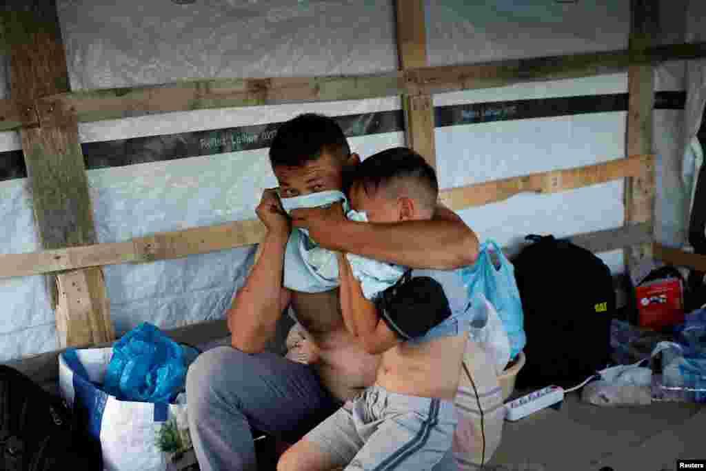 Migrantët gjejnë mënyra të ndryshme për t'u mbrojtur nga gazi lotsjellës.