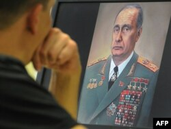 """Putin Brejnevin libasında"". Karikatura"