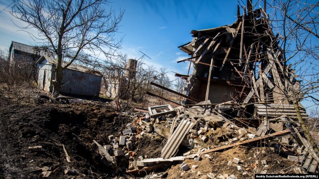 Зруйнований будинок і вирва від «приходу» снаряда калібру 152 міліметри