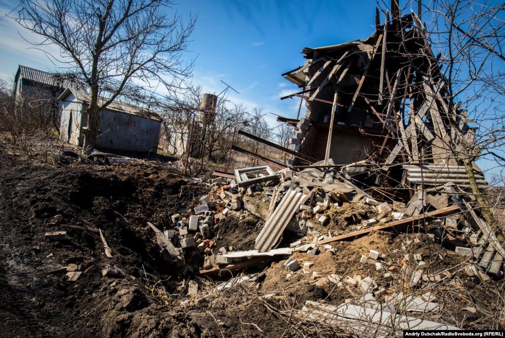 Зруйнований будинок і воронка від «приходу» снаряду калібром 152-мм