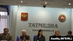 Матбугат конференциясендә катнашкан Татарстан түрәләре һәм Европа вәкиле