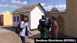 Ученицы 11 класса средней школы №61 Лаура Куаныш и Айнур Байпакова (слева направо). Астана, 29 апреля 2015 года.