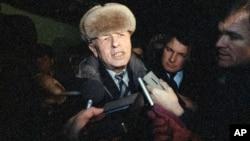 Совет билігі Горький қаласына (қазіргі Нижний Новгород) жер аударған академик Андрей Сахаровтың жеті жылға жуық уақыттан соң Мәскеуге оралған сәті. 23 желтоқсан 1986 жыл.