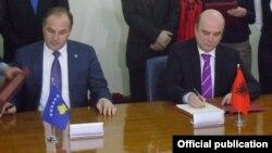 Ministri i jashtëm i Kosovës, Enver Hoxha, dhe Ministri i jashtëm i Shqipërisë, Edmond Panariti, (djathtas), gjatë nënshkrimit të Protokollit në Tiranë