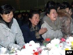 Плачущие женщины на одном из траурных мероприятий по случаю смерти Ким Чен Ира. Пхеньян, 20 декабря 2011 года.