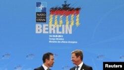 Генеральный секретарь НАТО Андрес Фог Расмуссен (слева) и министр иностранных дел Германии Гидо Вестервелле - на берлинской конференции 14 апреля 2011 года