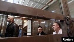 Рустам Махмудов (центр), Сергей Хаджикурбанов (слева) и Лом-Али Гайтукаев (справа) – обвиняемые по делу Анны Политковской