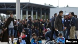 Migrantët ne kufirin mes Hungarisë dhe Austrisë.