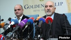 Паруйр Айрикян (справа) на пресс-конференции в Ереване, 5 февраля 2013 г.