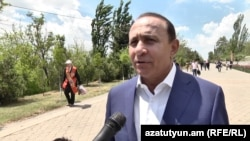 Armenia -- Former PM Hovik Abrahamian speaks to the reporters. 09May2017