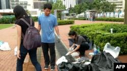 Демонстранты убирают улицы Гонконга