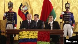 Belarusian President Alyaksandr Lukashenka (seated left) with Ecuadoran President Rafael Correa (seated right) at a joint press conference in Quito on June 28.