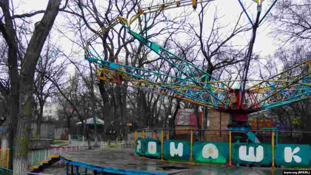 Дитячі атракціони, які раніше працювали в розташованому на набережній міському парку культури і відпочинку, вже не функціонують