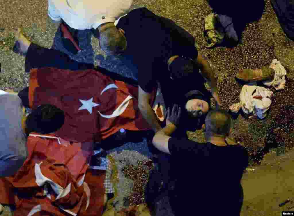 Тіла поранених накривали турецькими прапорами, в очікуванні медичної допомоги