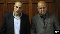 منصور موسوی (سمت چپ) و احمد ابوالفتحی محمد (سمت راست) در دادگاه؛ مه ۲۰۱۳