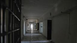 Türkmenbaşydaky köne türmäniň koridory. Arhiwden alnan surat