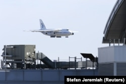 """""""Ан-124"""" ВКС России перед посадкой в аэропорту Нью-Йорка"""