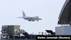 Российский грузовой самолёт садится в нью-йоркском аэропорту, 1 апреля 2020