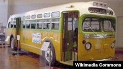 Автобуси № 2857, ки Роза Паркс нахост курсиро ба мусофири сафедпӯст бидиҳад