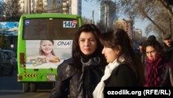Девушки на одной из автобусных остановок в Ташкенте, архивное фото.