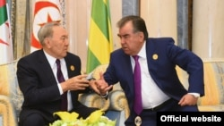 Президент Казахстана Нурсултан Назарбаев и президент Таджикистана Эмомали Рахмон (справа). Эр-Рияд, 21 мая 2017 года.