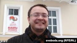 Алесь Міхалевіч ля віцебскай ратушы.