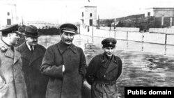 Климент Ворошилов, Вячеслав Молотов, Иосиф Сталин жана четте Николай Ежов. 22.4.1937.