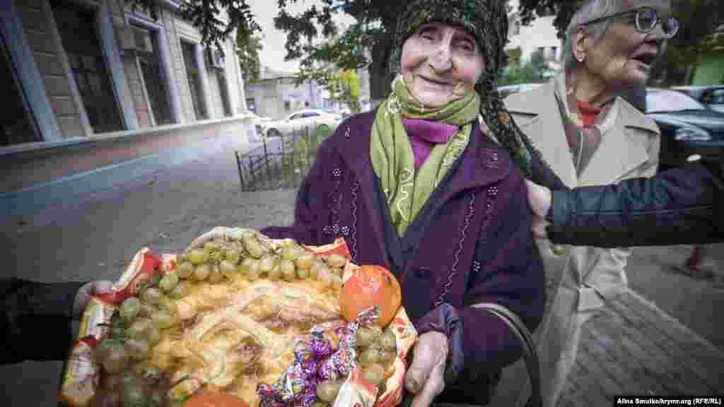 Веджіє Кашка народилася в Криму 1934 року. У віці дев'яти років вона на собі відчула всі жахи злочинної депортації кримськотатарського народу