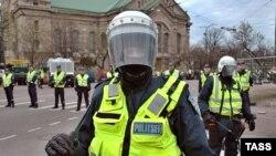 Полицейские стоят не только у шатра, которым затянута площадка, на которой стоял памятник, но и на прилегающих улицах