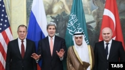 Sleva nadesno: Šef diplomatije Rusije Sergei Lavrov, američki državni sekretar John Kerry, ministar spoljnih poslova Saudijske Arabije Adel al-Jubeir i turski šef diplomatije Feridun Sinirlioglu