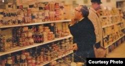 Анатолий Кузнецов в лондонском супермаркете, 1969.