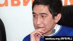 Поэт-импровизатор Ринат Зайытов в Алматинском бюро Радио Азаттык. 22 февраля 2012 года.