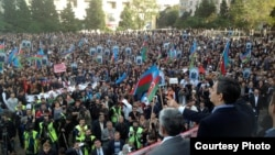 Оппозиционный кандидат в президенты Азербайджана Джамиль Гасанлы выступает перед своими сторонниками. Баку, 12 октября 2013 года.