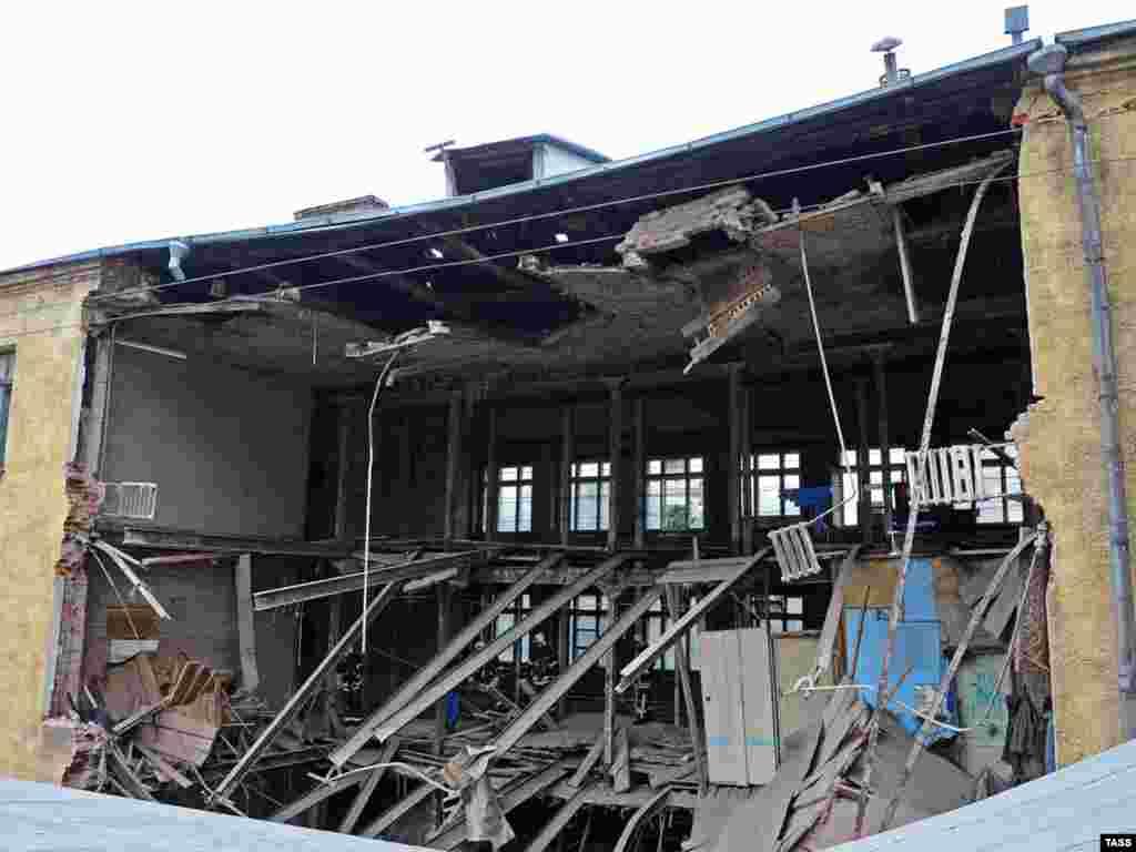 В результате обрушения дома в центре Москвы погибло три человека