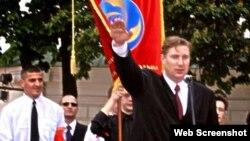 Едуард Коваленко, колишній лідер УНА-УНСО, під час провокаційної акцій нібито «на підтримку» Віктора Ющенка. Київ, 26 червня 2004 року
