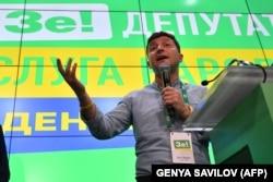 Volodymyr Zelenski la sediul partidului său, după anunțarea primelor rezultate